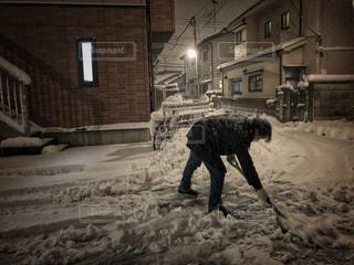 男性,夜,スコップ,寒い,歩道,大雪,雪かき,シャベル,凍る,ホワイトカラー,重労働