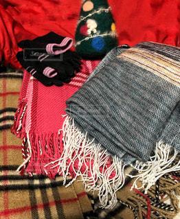 赤い毛布を着て足のペアの写真・画像素材[1681977]