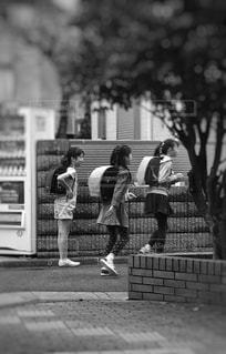 歩道を歩く人の写真・画像素材[1690036]