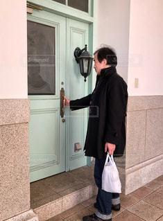 男性,扉,ドア,玄関,パステルカラー