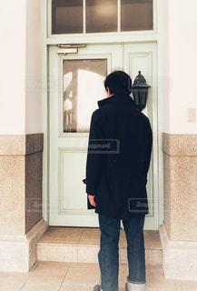 男性,コート,扉,ドア,玄関,コーデ,背後