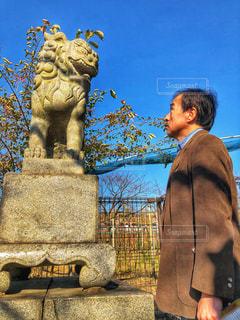 男性,冬,木,青空,見つめる,石像,スーツ,会話