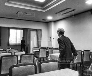 男性,室内,椅子,テーブル,高齢者,会場,スーツ,お悔み,喪服
