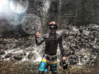 男性,海外,水,水滴,水辺,滝,旅行,ペットボトル,パラオ,ダイバー,パワー,多色