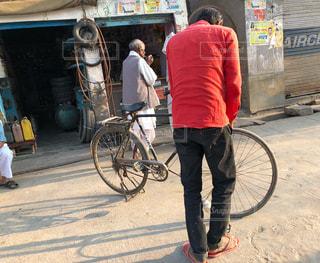 男性,自転車,赤,サンダル,裸足,素足,道路,旅行,土,歩道,地面,インド,修理