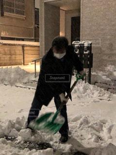 男性,東京,スコップ,大雪,病気,マスク,雪かき,不健康,病み上がり