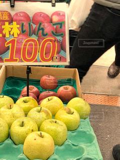 冬,緑,赤,足,歩く,フルーツ,りんご,八百屋,旬,フレッシュ,ポップ,店先,果物屋,多色,王林,通路側