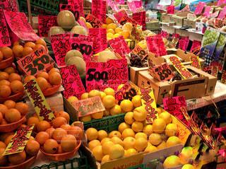 京都,カラフル,商店街,鮮やか,オレンジ,フルーツ,旅行,レモン,みかん,果実,店内,新鮮,賑やか,華やか,フレッシュ,ポップ,柑橘類,店先,店頭,果物屋,京都観光,多色