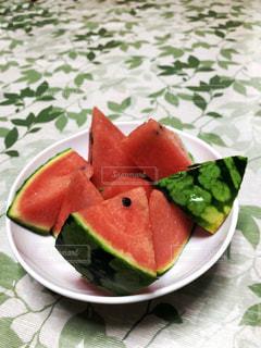 夏,緑,赤,スイカ,室内,テーブル,フルーツ,皿,三角,涼しげ,新鮮,カット,フレッシュ,清涼感,形,多色