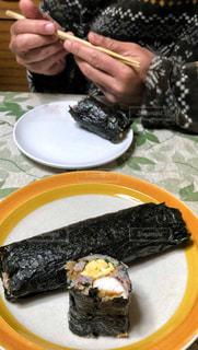 男性,室内,皿,箸,手作り,節分,初めて,海苔巻き,恵方巻き,切り口,両手,2月3日