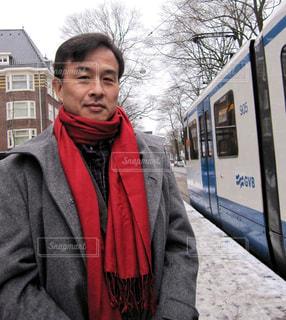 男性,建物,雪,赤,電車,路面電車,マフラー,旅行,オランダ,アムステルダム,海外旅行,フォトジェニック