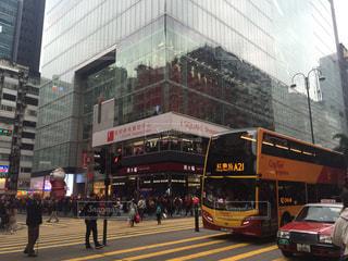 風景,車道,旅行,バス,横断歩道,歩行者,タクシー,香港,出張,海外旅行,ビル街,信号待ち,フォトジェニック,多色,ビジネスシーン