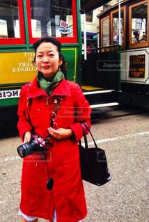 カメラ,緑,赤,電車,路面電車,アメリカ,撮影,眼鏡,スカーフ,旅行,通路,サンフランシスコ,出張,海外旅行,コーデ,バッグ,フォトジェニック,多色
