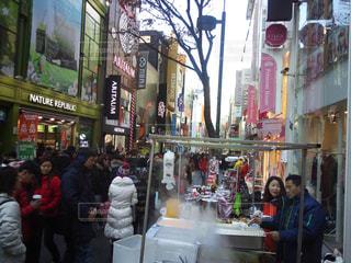 冬,屋台,商店街,観光,旅行,人混み,湯気,韓国,海外旅行,フォトジェニック,ダウンジャケット,多色