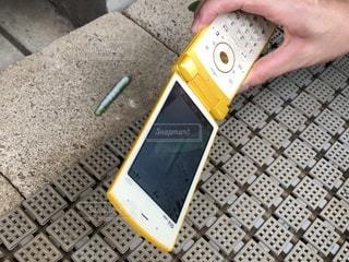 足元,黄色,手,撮影,ブロック,幼虫,携帯電話,フォトジェニック,ガラケー,いも虫,フォトインフォト,持つ