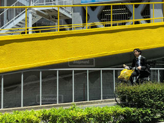 建物,自転車,屋外,黄色,車内,袋,壁,歩道,フォトジェニック,側面,多色