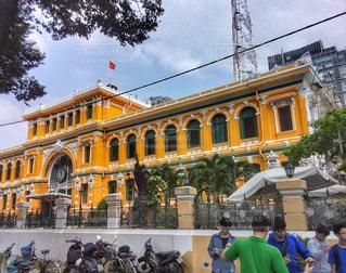 男性,建物,屋外,黄色,バイク,鮮やか,オレンジ,観光,建造物,旅行,人々,ベトナム,歴史,ホーチミン,名所,インスタ,郵便局,フォトジェニック,新色,多色,塗り替え