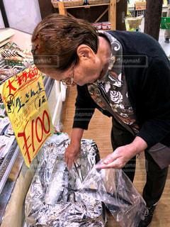 女性,文字,魚,室内,ペン,旅行,POP,表示,高齢者,新鮮,昭和,手書き,紙,秋刀魚,旬,ポップ,トング,温かみ,大特価,昭和生まれ