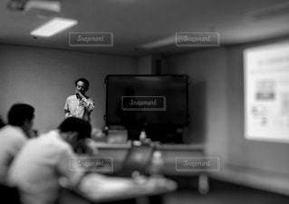 学生,ビル,室内,白黒,机,パソコン,ワイシャツ,画面,モニター,講師,会場,就活,単色,面接,説明会,参加,ビジネスシーン