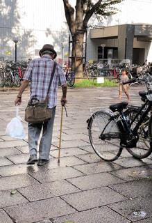 男性,夏,自転車,高齢者,おじいちゃん,雨上がり,午後,野外,お気に入り,杖,フォトジェニック,平成,半袖,チェック柄,レジ袋,うつむく,コンビニ袋