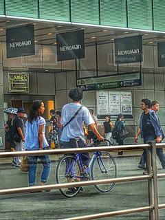 夏,自転車,カップル,東京,ジーンズ,日常,都会,混雑,駅前,お気に入り,ガードレール,車窓から,フォトジェニック,Tシャツ,半袖,春夏,普段,平成最後