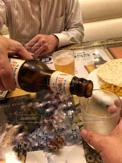 男性,室内,グラス,ビール,店内,シャツ,乾杯,夕食,ドリンク,エスニック,珍しい,インド料理,瓶ビール,注ぐ,長袖,インドビール,乾杯フォト