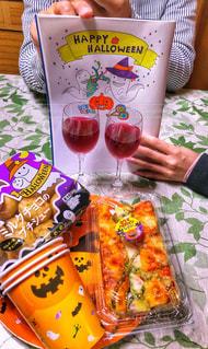 女性,男性,食事,イラスト,テーブル,おやつ,ワイン,グラス,ハロウィン,かぼちゃ,祭り,乾杯,ドリンク,シュークリーム,ピザ,乾杯フォト