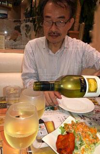 男性,室内,テーブル,グラス,店内,シャツ,乾杯,ドリンク,エスニック,インド料理,白ワイン,注ぐ,長袖,ストライプ柄,乾杯フォト