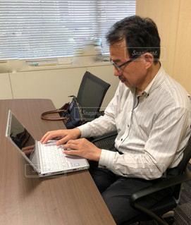 男性,室内,パソコン,ビジネス,会議室,リモートワーク,ビジネスシーン