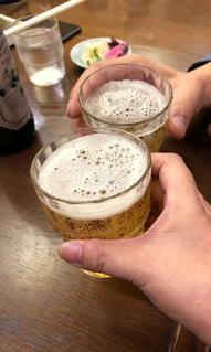 手,レトロ,テーブル,グラス,漬物,乾杯,ドリンク,瓶ビール,2つ,祝杯,昔風,昭和時代