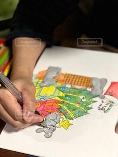 イラスト,カラフル,絵,室内,手,テーブル,ペン,クリスマス,書類,ツリー,ペーパー,ねずみ,紙,描く,ワーク,データ,多色,ペーパーワーク,持ち