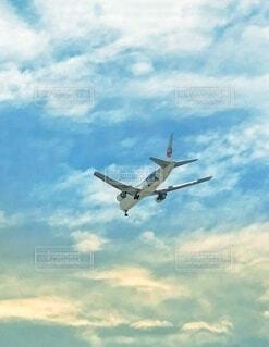 青空を飛ぶ旅客機の写真・画像素材[4910657]