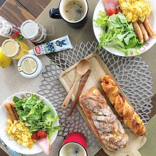 テーブルの上に並べた朝食の写真・画像素材[1148876]