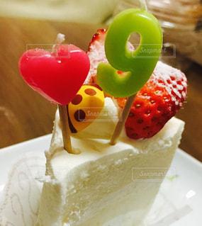 テーブルの上のケーキの一部の写真・画像素材[1125392]