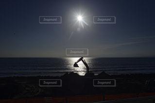 水の体に沈む夕日の写真・画像素材[1121047]