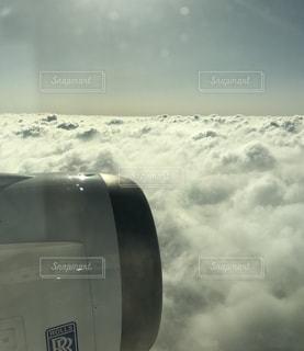 曇りの日に大規模な飛行機の写真・画像素材[1121583]