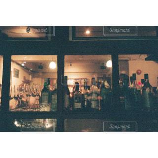 店の前に立っている人々 のグループの写真・画像素材[1626790]
