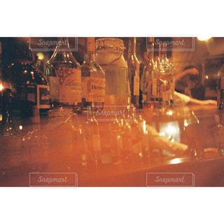 ワイングラスとテーブルに座っている人のグループの写真・画像素材[1626804]