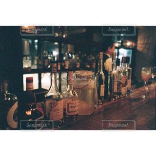 テーブルの上にワインのボトルの写真・画像素材[1627331]