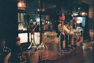 テーブルの上にワインのボトルの写真・画像素材[1629394]