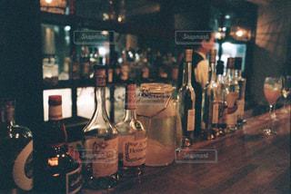 テーブルの上にワインのボトルの写真・画像素材[1629397]