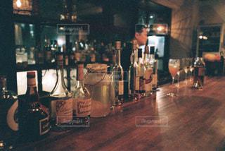 テーブルの上にワインのボトルの写真・画像素材[1629398]