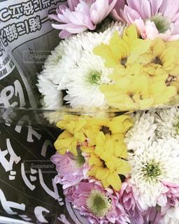 テーブルの上の花の花瓶の写真・画像素材[2142480]