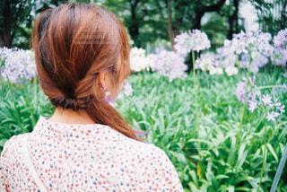 庭にいる少女の写真・画像素材[2305916]
