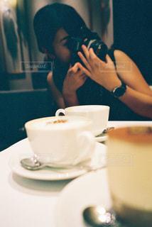 食べ物を食べるテーブルに座っている人の写真・画像素材[2305998]