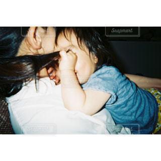 ベッドに座っている少女の写真・画像素材[2379910]