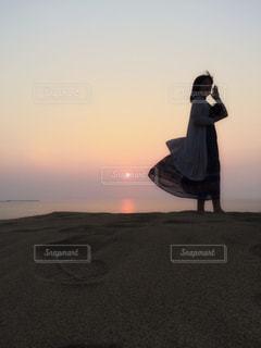 夕陽と女性の写真・画像素材[2381342]