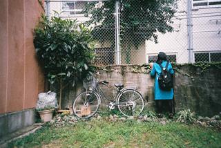 家の前の自転車の写真・画像素材[2381436]