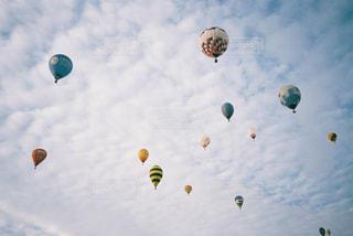 空を飛ぶ人々のグループの写真・画像素材[2381473]