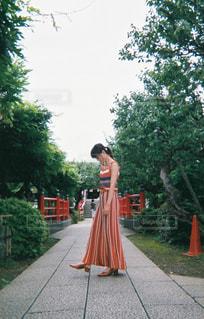 歩道に立っている人の写真・画像素材[2404544]
